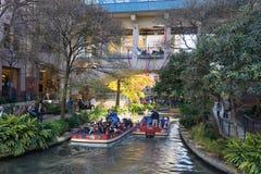 Flodkryssning i San Antonio Texas vid Rivercentre Arkivbild