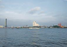 Flodkryssningar i Chao Phraya ger tillträde till dragningsstället i Bangkok royaltyfria foton