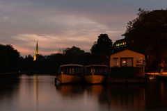 Flodkryssningfartyg på natten på floden Avon royaltyfri foto