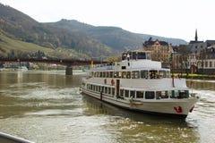 Flodkryssningskepp på Moselen i Bernkastel-Kues i Tyskland Royaltyfri Foto