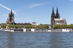 Flodkryssningskepp VIKING VIDAR som passerar den Cologne domkyrkan Arkivbilder
