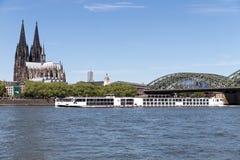 Flodkryssningskepp VIKING VIDAR som passerar den Cologne domkyrkan Royaltyfri Foto