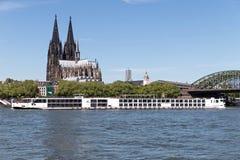 Flodkryssningskepp VIKING VIDAR som passerar den Cologne domkyrkan Royaltyfria Foton
