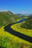 Flodkurvan på sjöSkadar närliggande Rijeka CrnojeviÄ ‡ a arkivfoton