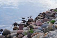 Flodkust med stenar Royaltyfria Bilder