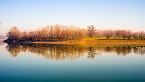 Flodkustreflexion Arkivbild