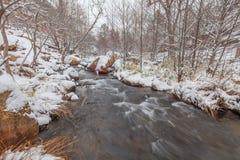 Flodlandskap i snöstorm Arkivbilder