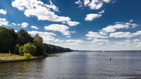 Flodlandskap i sommar royaltyfri fotografi