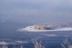 Flodlandskap i vinter Arkivbild