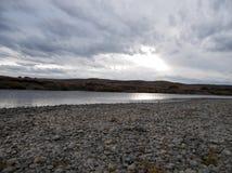 Flodlandskap på en molnig dag royaltyfri foto