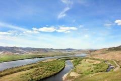 Flodlandskapet, bergen, himlen Royaltyfri Bild