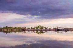 Flodlastfartyget går vidare den Oka floden, Ryssland royaltyfria bilder
