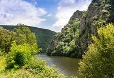 Flodlott nära den Entraygues Sur Truyere byn Arkivbilder