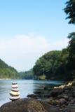 Flodmeditation Arkivbild