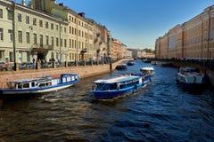 flodmoika med fartyg i St Petersburg Royaltyfri Fotografi