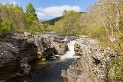 FlodMoriston nedgångar av Invermoriston överbryggar Skottland UK den skotska turist- destinationen Royaltyfri Fotografi
