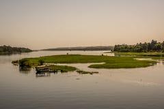FlodNilen och en härlig ö i mitt av strömmen royaltyfri bild