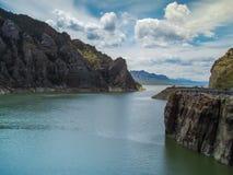 Flodpasserande mellan berg Royaltyfria Foton