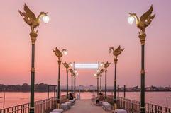 Flodpir dekorerar med den thailändska ljusa polen som lokaliseras av Chaophraya royaltyfria bilder