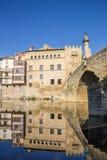 Flodreflexion av historiska hus i Valderrobres Arkivfoton