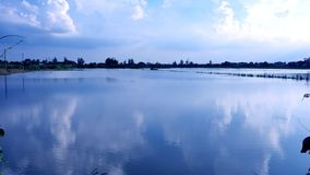 Flodrisfält i Thailand har reflec för det trevliga molnet och för blå himmel Fotografering för Bildbyråer