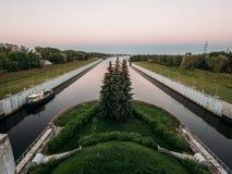 Flodsändningslåsportar system, kanal för fartyg och skepp royaltyfri foto