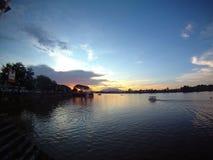 flodsarawak solnedgång Arkivbild