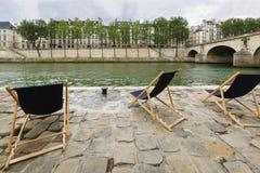 FlodSeine höger bank med sikt av Ile St Louis och Pont Marie, Paris, Frankrike Royaltyfria Bilder