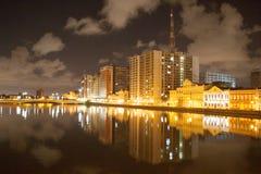 Flodsida av Recife vid natt royaltyfria bilder