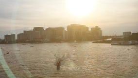 Flodsikt av den Chaopraya floden med solnedgång stock video