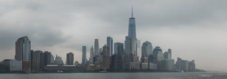 Flodsikt av New York horisont och dragningar royaltyfri bild
