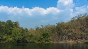 Flodsikt med flottehuset på floden Kwai royaltyfri fotografi
