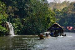 Flodsikt med flottehuset på floden Kwai i Kanchanaburi arkivfoto