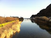 Flodsikt på Kawazu i vinter royaltyfri bild
