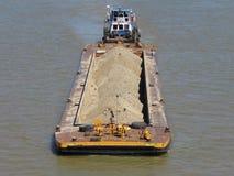 Flodskepp som transporterar last royaltyfri bild