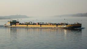 Flodskepp som transporterar last royaltyfri foto