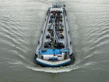 Flodskepp som transporterar last royaltyfri fotografi