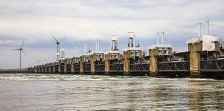 Flodskydd och vindturbiner Arkivbilder