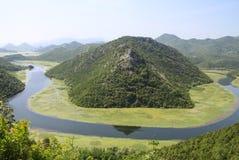 Flodslingringar - spektakulär sikt av den Rijeka Crnojevica floden och sjön Skadar royaltyfri bild