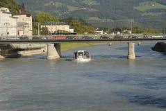 Flodspringen till och med staden av Salzburg i Österrike arkivfoton