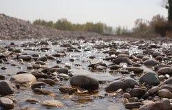 Flodstenar i vattnet Arkivbilder