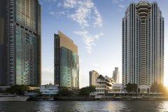 Flodstrand av Bangkok på solnedgången royaltyfria bilder