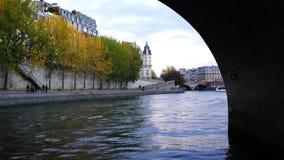Flodstrand av Seine River i Paris stock video