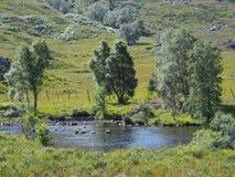 Flodstrand i skotsk Skotska högländerna Royaltyfri Foto