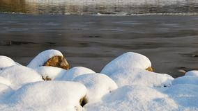 FLODSTRAND I VINTER: Snö, is och vatten royaltyfria bilder
