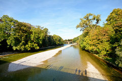 Flodstrand med bron över den Isar floden i Munich, Bayern Tyskland Royaltyfria Bilder
