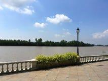 Flodstrand nära bangprakongfloden i chachoengsaoen Thailand Arkivbild