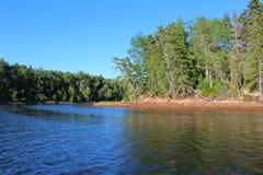 Flodstrand nära Wallace Bridge på floden i Nova Scotia Royaltyfri Foto