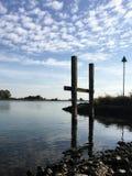 Flodstrand på en solig dag arkivfoto
