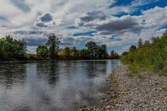 Flodstrand vid den Santiam floden arkivfoto